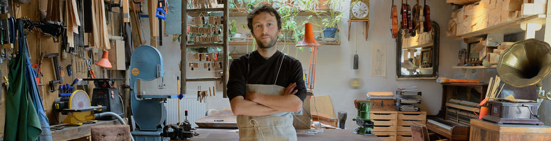 Yann Besson dans son atelier de lutherie